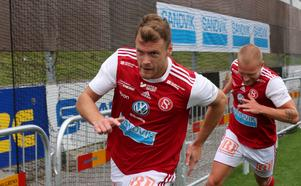 Leo Englund i en målrusch efter 2–0.