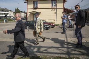 Kung Carl XVI Gustaf välkomnades av bybor och av landshövding Per Bill när han anlände till stationen i Järvsö.