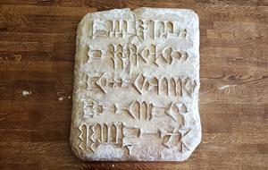 """Nyligen medverkade Kamil i flera syriska kanaler angående senaste arbete, """"En hälsning till Ugarit"""". Där lovordade han svenska folkets vanor att läsa om andra kulturer och vetgirighet att alltid läsa böcker och söka fakta."""