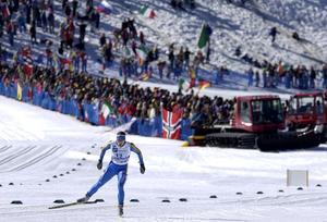 Jörgen Brink tar sig, efter kollapsen, med nöd och näppe i mål och håller undan till ett svensk brons.