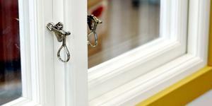 Polisen uppmanar att stänga fönster ordentligt och att inte ha stege liggandes eller hängandes i trädgården eller på uthus. Då tillfälle kan göra tjuven. Foto: Arkiv.