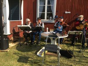 Här spelar Inez cittra och sjunger med Rolf Ivarsson, ackompanjerad av flera spelmän.