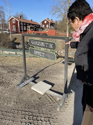 Birgitta inspireras av den välkomnade skylten till Farmhouse i Delsbo.
