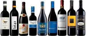 De här röda vinerna finns alla i Systembolagets fasta sortiment och kan hittas i hyllorna på de flesta bolag. I annat fall tar det bara ett par dagar att få hem dem.