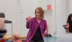 Anette Andersson har sedan förra året hållit i sagostunderna på biblioteket. Hon tycker att halvtimmen med barnen och deras anhöriga är mycket givande.