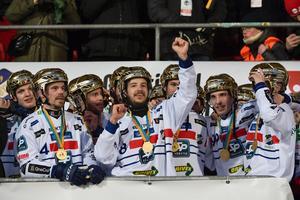 Daniel Välitalo, till vänster i bild, öppnar för en fortsättning efter nya SM-guldet. Foto: Janerik Henriksson / TT