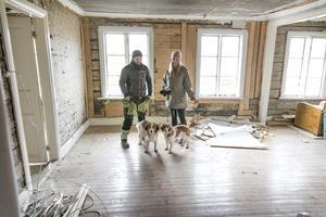 """Det kommer att bli en ganska öppen planlösning. Att utnyttja ljuset från de 39 fönstren är viktigt. """"Det är ett stort maffigt hus med många fönster"""", konstaterar Marcus Ejnebrand."""