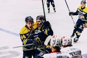 Andreas Thuresson kramas om av Mikko Lehtonen framför Malmös bås.