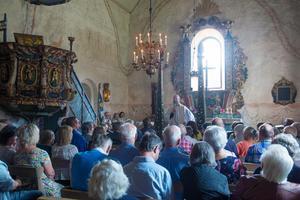 Det var fullsatt till sista rad. Här lyssnar besökarna till prästen Jermunn Solem.