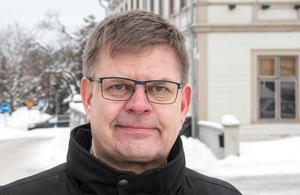 Sven-Erik Lindestam (S), kommunstyrelsens ordförande, berättar att det pågår en utredning om vilka överförmyndarnämnden bör lyda under, men ännu finns inget klart att säga.