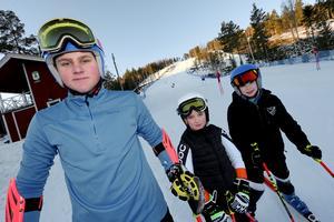 Jesper Öjerteg, Sixten Pettersson och William Persson från IFK Borlänge Alpin tränar i anläggningen Bjursås Skli Center.