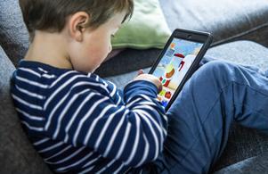 """""""Skärmtid"""" och dess effekter diskuteras kontinuerligt. Men skärmtid för barn kan ge välbehövlig vila för föräldrar, menar Amandah Andersson. Foto: Claudio Bresciani/TT"""