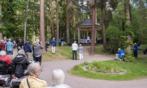 Musikpaviljongen byggdes 1946. Taket skyddar musikerna, men vid ihållande regn ställs konserterna in.