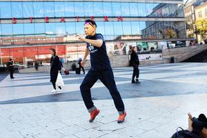 Bland annat fann Ola Stinnerbom tecken på att samerna använt en stav, en dansstav, i sin gamla dans. Det gör han själv också ibland, dock inte på bilden. Bild: Jostein Chr. Andersen