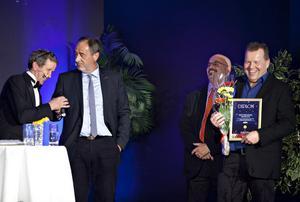 Martin Timell fick Hofors bästa företagare att brista ut i skratt. Bästa företagarna är till antalet tre och heter Lars Turesson, Rickard Rask och Roland Rask.