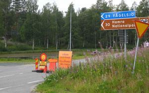 I Los är vägen avstängd mot Kårböle. Istället hänvisas man mot Fågelsjö och E45:an. Men strax bortanför Fågelsjö rasar en annan brand som även den bedöms så allvarlig att den inte går att släcka.