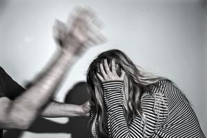 Kvinnor som lever med våldsamma män har nu kommit i en ännu svårare sits, skriver insändarskribenten.