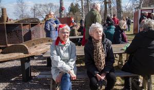 """Barbro Jansson och Annie Larsson satt och lyssnade på musiken och samtalade. """"Vi äter inte nors"""", berättade båda två. De ansåg att det luktade illa och Barbro berättar att hon inte äter någon fisk."""