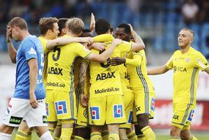 Sundsvall firar Jonathan Tamimis 1-0 borta mot Trelleborg. Ett av hela sex Sundsvallsmål under kvällen, vilket bäddade för den största allsvenska bortasegern i föreningens historia.