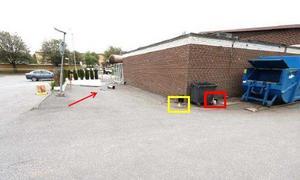 Batteriet och påsen med silvertejpen fanns inom den rödmarkerade ytan. Kablaget inom den gula. Pilen pekar mot entrén som sprängdes. Gärningsmannen detonerade bomben vid den röda triangeln. Foto: Polisen