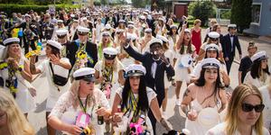 Traditionsenligt tågade studenterna från Brinellskolan till Vilhelminaparken, där studentflaken väntade på deras ankomst.