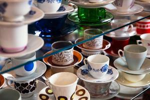 I Jonssons fik och butik kan man hitta en hel uppsjö av antika kaffekoppar att hälla upp en påtår i.