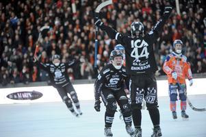 När Daniel Eriksson gjort 6–5 i förlängningen och avgjort SM-finalen var Daniel Berlin först fram till lagkamraten. Bild: Fredrik Sandberg / SCANPIX