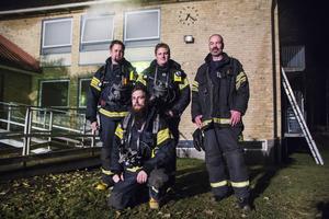 Under torsdagskvällen övade Emil Afzelius, Rikard Gustavsson, Andreas Hergefeldt och Niklas Tjerneld från deltidskåren i Arbrå rökdykning vid Höghammarskolan i Bollnäs.