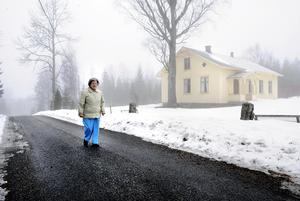 Bårebo missionshuset förklarades som byggnadsminne 1982. På bilden ses Eiris Josefsson, den sista medlemmen i den nedlagda församlingen, utanför missionshuset år 2010.