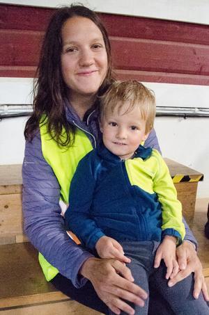 Fyraårige Valdemar rider ibland med mamma Maja Gahlin och ska börja rida själv när han blir större.