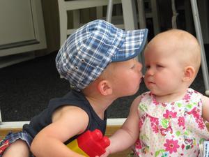 Kusin Melwin ger kusin Elin en puss