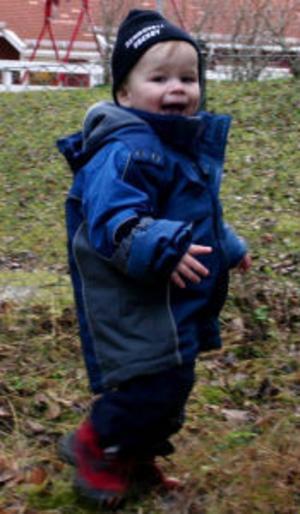 Alexander Arborelius promenerar på med glad min under fredagens skattjakt på Essviks förskola.