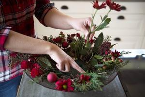 Lägg oasis i botten på en större skål. Sätt fast exempelvis rosor och krysantemum i oasisen, dessa ska ligga längs med kanten. Sätt sedan en mindre skål i den större.