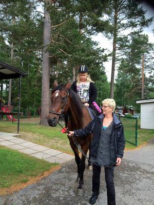 Anna Blomqvist bjuder Lina Grundin på en ridtur.