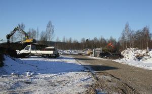 För att inte hindra trafiken på allmänna vägen byggs en särskild arbetsväg väster om Fotbollsfältet.