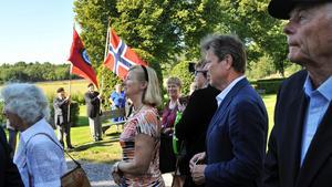 Hedersbetygelse. Ett 50-tal personer hade på lördagen samlats för att hedra minnet av Harry Söderman, RevolverHarry. I bildens mitt dottern Charlotte Söderman.