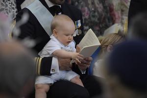 Man ska lära sig läsa tidigt. Prins Gabriel prins i Drottningholms slottskyrka den 8 juni.