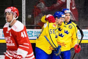 Anton Lander grattar Anton Wedin efter första landslagsmålet mot Danmark. Bild: Petter Arvidson/Bildbyrån