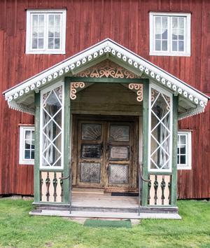Den magnifika dörren och förstukvisten snidades och målades inför äldste sonens bröllop 1821. Det var viktigt att visa att man hade råd.