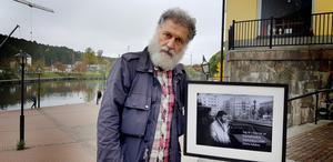 """Sista bilden i Syrien föreställer """"Sahat al-marjah"""", Marjeh-torget som också är känt som martyrtorget och ligger i hjärtat av Damaskus. Ända sedan ottomanerna styrde landet har motståndare offentligt hängts på torget, däribland den israeliska spionen Eli Cohen som hängdes på Marjeh-torget 18 maj 1965. Ebrahim Katto pekar på husen och berättar: """"Från 70-talet och framåt blev området ett tillhåll för prostitution och sexhandel. Många av de här husen var bordeller""""."""
