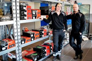 En ny entréhall har nyligen invigts. Här håller Emma och Mattias på att göra i ordning en reservdelsbutik i entréhallen.