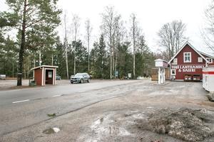 Området runt Torö lanthandel skulle kunna utvecklas, för att bli mer trafiksäkert och trivsamt. Socialdemokraterna tycker att Nynäshamns kommun bör bjuda in Trafikverket till ett samarbete.