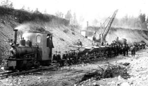 1912 hade Inlandsbanan kommit  fram till Rörströmssjön. Den ångdrivna grävmaskin fick slita, så också rallarna som dock fick en paus när bilden skulle tas.