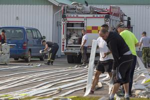 Frivilliga krafter hjälper till med slangsortering och slangrullning på Svegs brandstation.