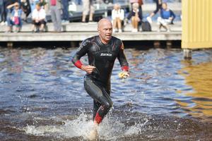 Peter Fange, IFK Sala, deltog i stafetten och är på väg upp till växlingen efter sin simning.