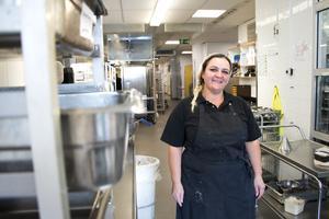 Houida Korkis jobbar i dietköket där all specialkost tillagas och packas.