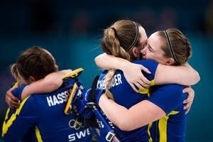 Sara McManus kramas om av lagkamraten Agnes Knochenhauer efter segern i semifinalen mot Storbritannien. Bild: Petter Arvidson/Bildbyrån