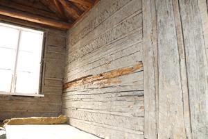 På övervåningen är stockarna frilagda och man kan se märken efter de yxhugg som format stockarna.