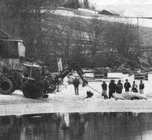 23 april 1993 körde en man ner i isen på den privata isvägen över Vallsundet. Mannen lyckades ta sig ur den sjunkande bilen, som sedan kunde bärgas av traktor.