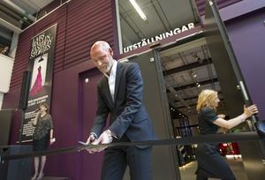 Lars Wallin under invigningen av en utställning i Västerås.